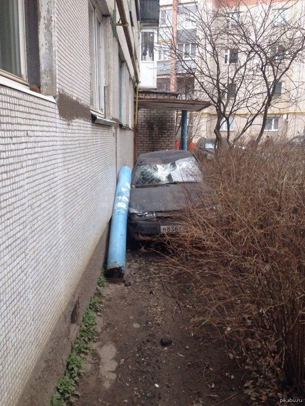 Парковка у подъезда.