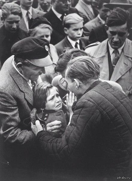 Люди везде одинаковые Встреча немецкого ребёнка с отцом, солдатом вермахта, в 1956 году - последний раз они виделись в 1944-м, когда ребёнку был всего 1 год.