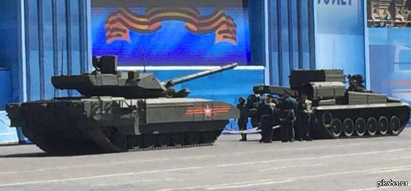 Танк «Армата» заглох во время генеральной репетиции парада Победы. На приведенной фотографии изображен танк Т-14 и бронированная ремонтно-эвакуационная машина.