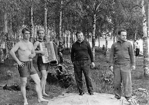 Вот разве скажешь что он был Первым? Обычный русский мужик. Гагарин на пикнике в Долгопрудном.
