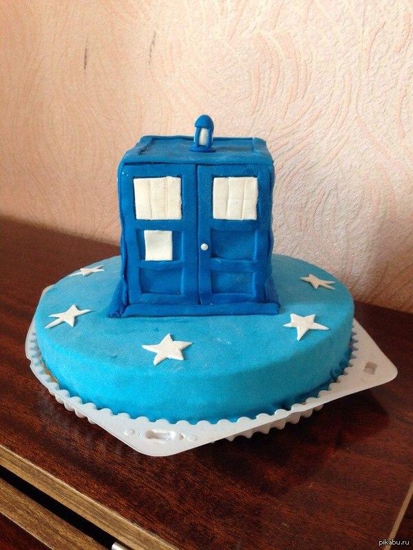 Очень вкусный Тардис на день рождения. Вот такой вот Тардис испекла мне жена на мой день рождения. Получился очень вкусный.