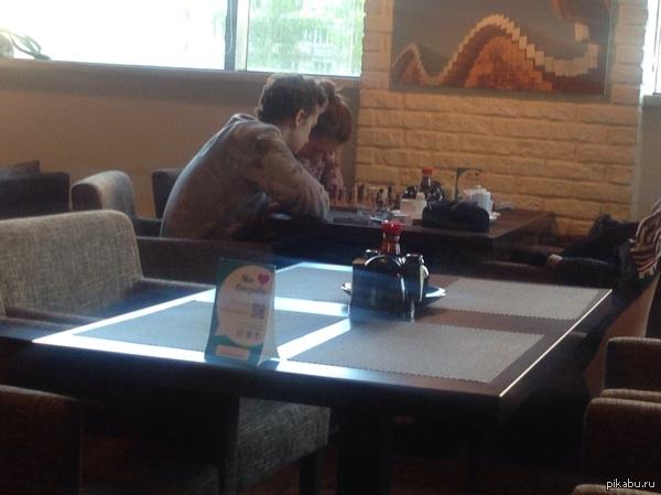 """Культурная столица.)   Ребят, если увидите-очень порадовали. Удачи вам.) Пару часов назад.  Ресторан """"Токио"""" в Питере. Пришла пара, лет двадцать, покушали, достали шахматы и стали играть."""