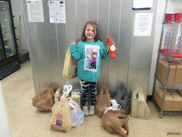 """""""Вчера моей дочери исполнилось 6 лет"""" """"Её желанием было """"накормить голодных людей"""". Она собрала всю эту еду и отдала в благотворительную организацию. Я ей горжусь"""""""