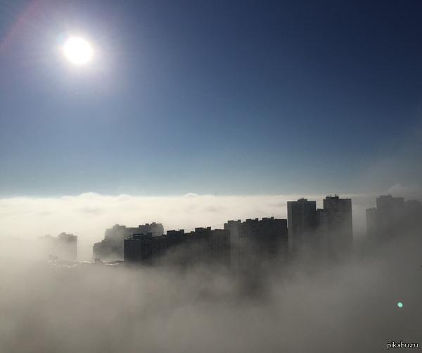 Московский туман А ощущение как в Дубае. Снято во вторник в Москве с 24 этажа. (Фотоаппарат - iPhone)