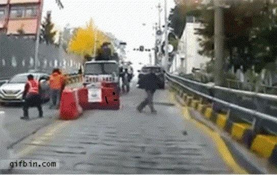 Короче на гифке дорожный блок убегает от грузовика, а второй, видимо его братюня, бежит рядом и смеётся