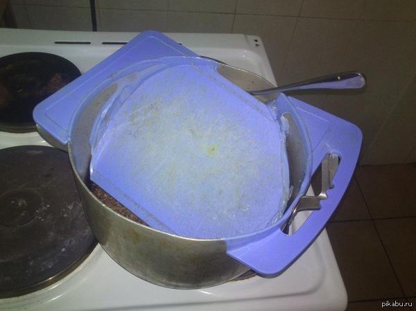 Обычный день в общаге))) Кто-то решил сварить гречку, но не нашел крышки для кастрюли. Вроде с инженерами живу XD Снято на Sony Go