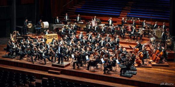 Самая необычная фотография оркестра из 100 человек Музыкант и фотограф Александр Лайт потратил 7 месяцев на создание фото оркестра из 100 человек, на всех инструментах в котором играет один и тот же мужчина.