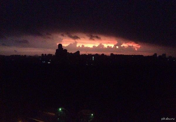 Вот такой восход над Москвой сегодня. Фоткал на гавнофон 5s.