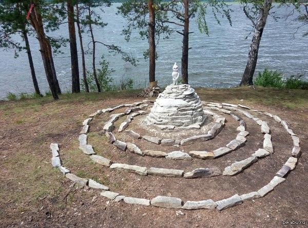 Памятник Кыштымскому существу Наверное многие слышали про Алёшеньку, так вот, на прошлой неделе команда космопоиска установила ему памятник недалеко от места, где его нашли