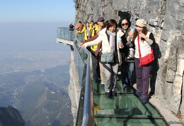 Страшный мост из стекла.  Если вы не боитесь высоты, то вам надо обязательно посетить этот мост в Китае (скала Тяньмэнь) в  парке Чжанцзяцзе Этот мост, высотой 1430 метров, сооружен из стекла. Экскурсантам предлагают насладиться красотами парка и испытать острые ощущения от прохождения по стеклу.