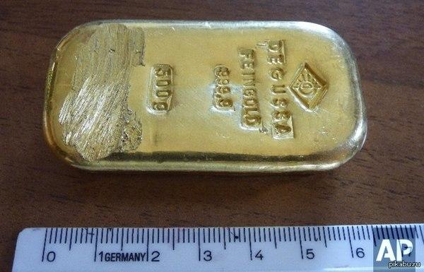 В Германии во время купания в озере 16-летняя девушка нашла слиток золота весом полкилограмма ценой €16 тысяч Стесала себе на колечко, видимо)