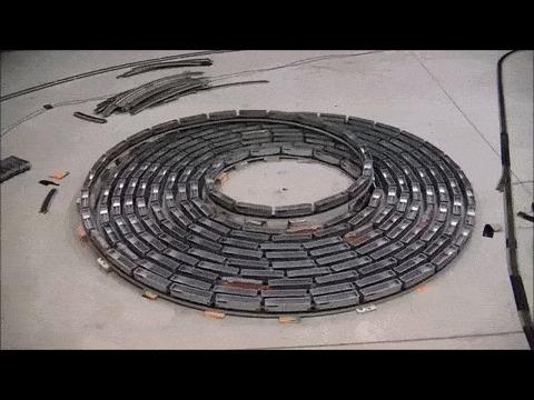 Бесконечная спираль поезда. Видео: https://www.youtube.com/watch?v=qUZVv0nr2rc