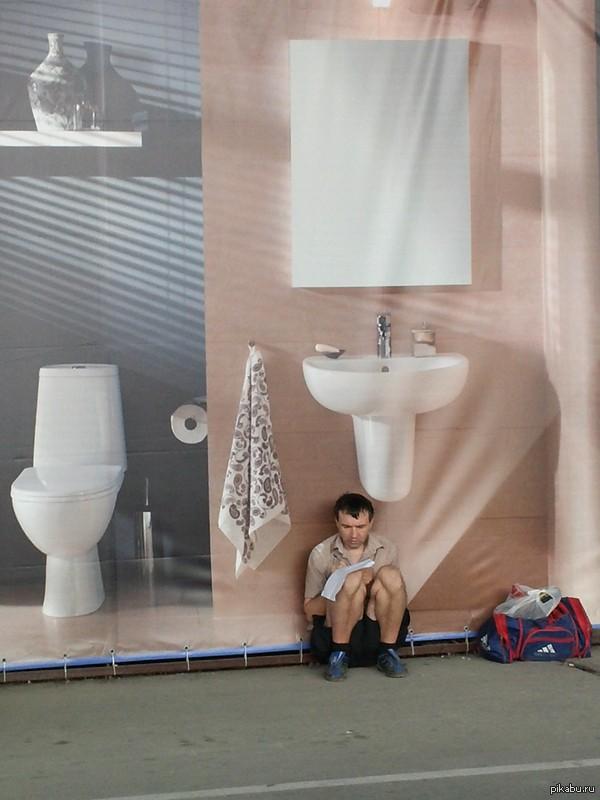 Двоечник. - пока не сделаешь уроки, так и будешь сидеть запертым в туалете!!!...    фото сделано с гаджета- Samsung Galaxy Premier GT-I9260