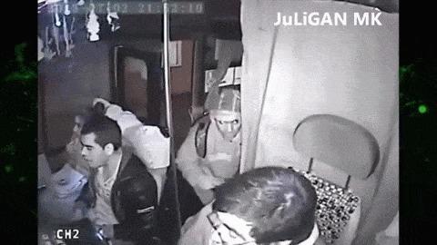Грабитель огреб от пассажира полное видео в комментариях