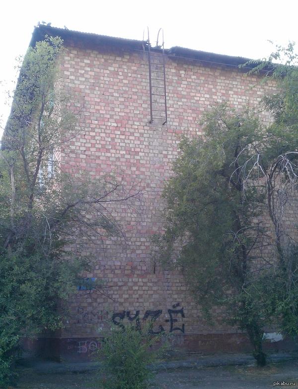 Просто пожарная лестница 4х этажного дома Случайно увидел, решил сфоткать. Кажется, лестница должна быть немного длиннее...