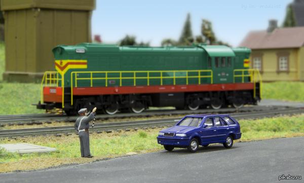 Нашёл наконец масштабную модель своей машины! Машинка Skoda Felicia Combi (это синяя, если что =)). Снято на Canon 60D + 18-135mm