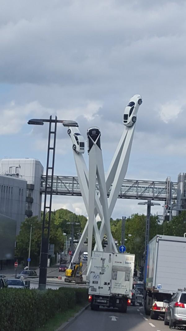 Вот такую шикарную инсталляцию установили на днях около завода/музея/офисов Порше в Штутгарте. Поршаки любят вешать свои тачки на стены/потолки.