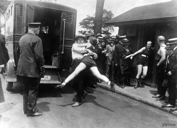 Арест женщин за ношение неполного купального костюма.  Чикаго,США  1922 год