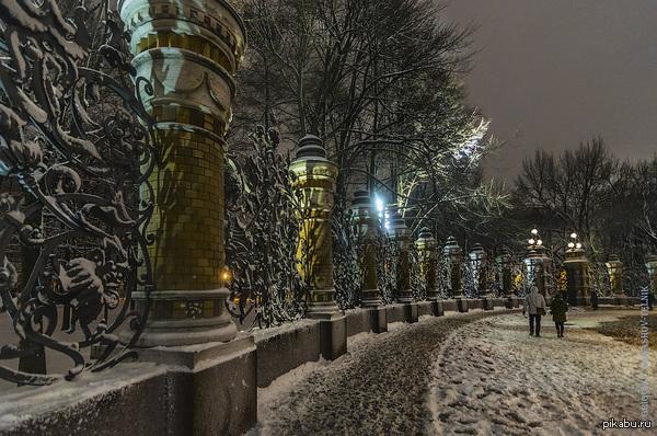 Красивая игра света и тени у ограды Михайловского сада в Санкт-Петербурге