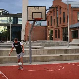 Когда не решил во что больше хочешь поиграть: в футбол или баскетбол Получился футбаскетбол :)