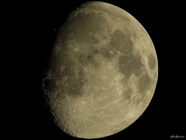 Луна - итоговое изображение получено из 30 кадров. Снято на Canon SX50, ISO 80, 1/60с, f/6.5