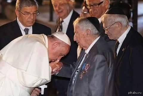 Ничего такого. Просто Папа Франциск целует руку Девиду Рокфелеру, сзади Генри Кисенджер, и Джон Ротшильд.