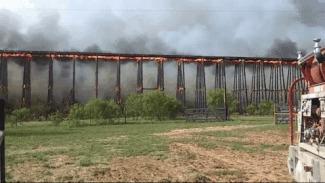 Доминошное обрушение горящего деревянного моста