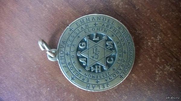 Вопрос знатокам... Что за надписи на этом медальоне? Некоторые гуглятся, имена бога и т.д. но большинство непонятно.  Комменты для минусов присутствуют, не топите сразу.