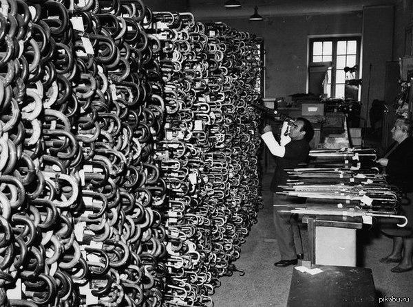 Старые фото. Италия, 1964г. Римское бюро находок. Полки с потерянными зонтиками)