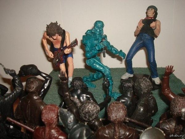Рок-н-ролл навсегда! Советские солдаты, лесные охотники и неандертальцы на концерте AC/DC во главе с Терминатором!