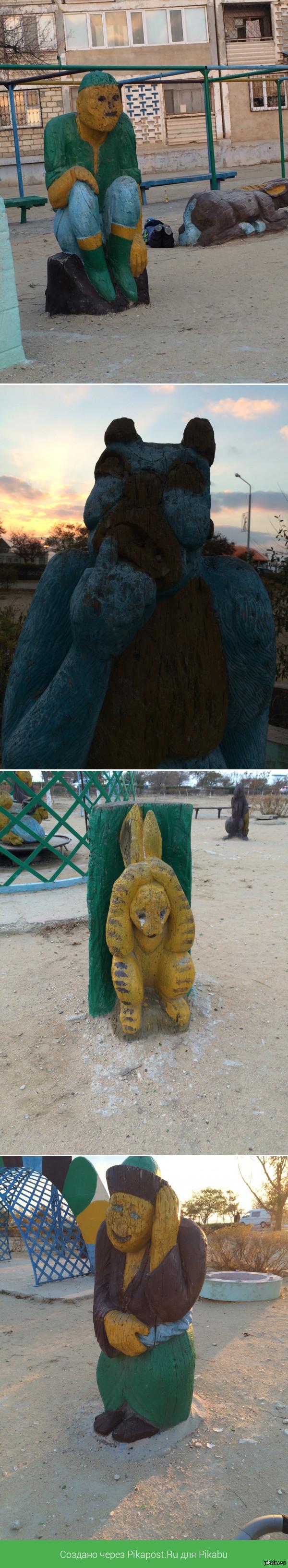 Детская площадка Много лет проходила мимо этой площадки. Решила погулять там с сыном, вгляделась в персонажей. Теперь думаю - стоит ли туда возвращаться?