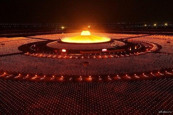 100 000 буддийских монахов в молитве за мир во всём мире. Таиланд.