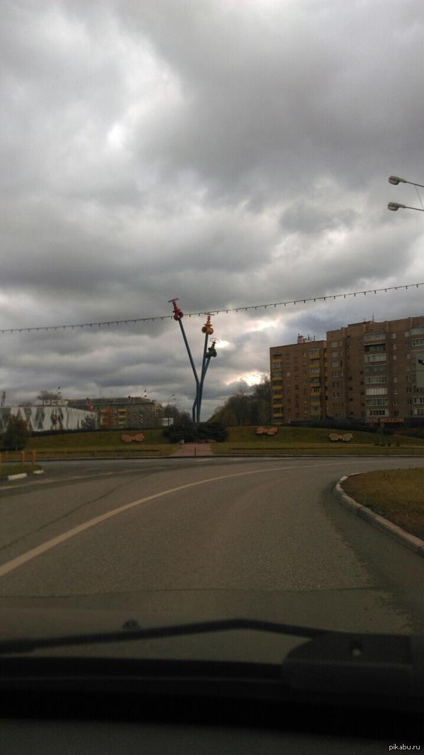 Видимо памятник сантехникам) Снимал друг в городе Мытищи. Вроде как памятник. Мне интересно, сколько бюджетных рублей угрохали на сей шедевр?
