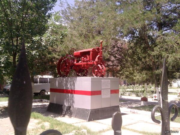 Трактор! г. Чимкент, респ. Казахстан (недалеко от Центрального парка, музей) Фото сделано летом 2012 года