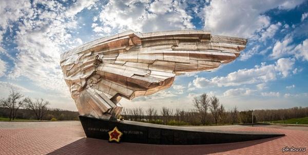 Крыло Икара. Мемориал погибшим летчикам-испытателям Г. Ахтубинск, Астраханская область. Решил поделиться красотой расположенной в моем родном городе)