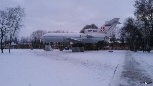 На общей волне. Памятник самолету Як-42. Смоленск Фотографировал прошлой зимой. Никогда не возил пассажиров. Последний из предсерийных Як-42.