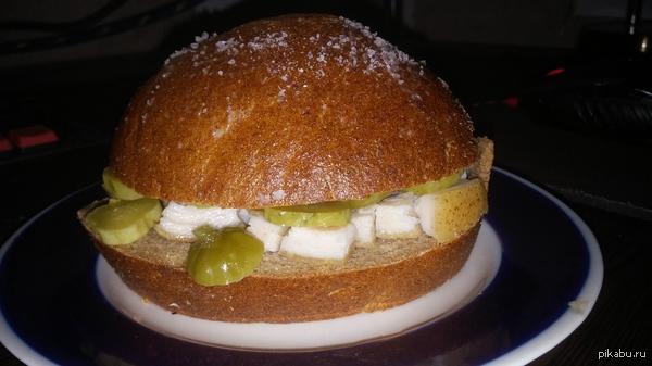 Захотелось сала и бургера, пришлось как-то совместить Мягенький хлеб, с лопнувшей горбушкой, натёртый чесноком; хрустящие огурчики из банки ну и свежайшее сальцо из деревни, порезанное на маленькие кусочки..)