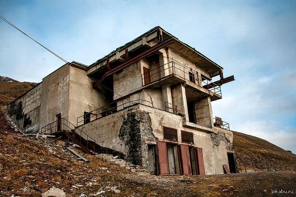 На краю Земли в окрестностях Баренцбурга стоит у горы такое вот устрашающее сооружение — заброшенная шахтная вентиляция. Внутри самая устрашающая тишина на свете