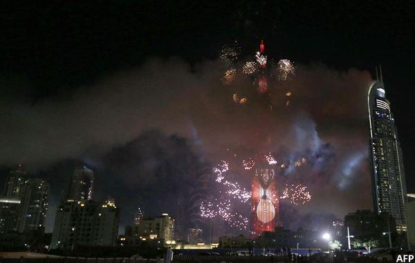 Горящий отель и новогодний салют. Сейчас в Дубаи. Стащил с оф страницы БиБиСи Дубай, Салют, Новый Год, Пожар, Сюрреализм