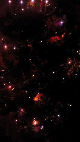 Неудачная фотография новогодней ёлки похожа на снимок телескопа Хаббл)) Ёлка, Фото, Звёзды, Галактика, Телескоп, Телескоп Хаббл
