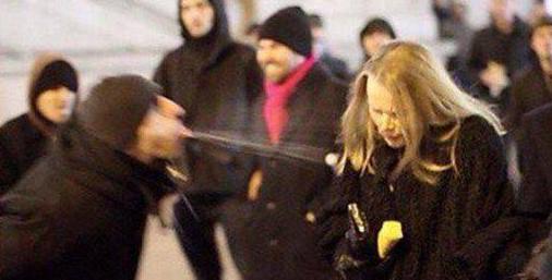 Мигрант оказывает европейской девушке знаки внимания.