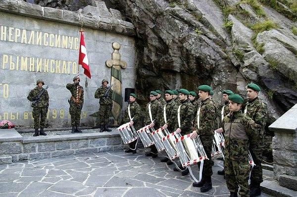 Швейцарские солдаты в почётном карауле у памятника русскому генералиссимусу в Альпах.