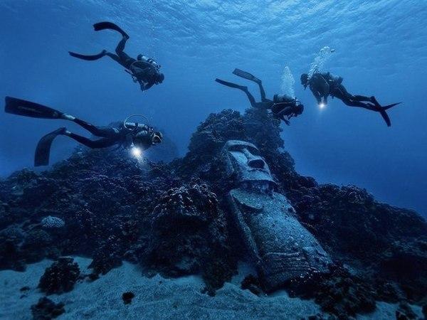 Туристы, обнаружившие неизвестную статую моаи во время дайвинга у острова Пасхи, Чили.