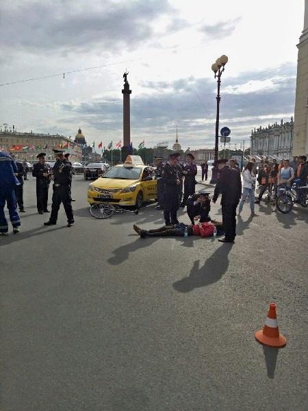 """Водитель """"Яндекс.такси"""" гонялся за велосипедистом по Дворцовой, пока не сбил его. Яндекс такси, Санкт-Петербург, Водитель, ДТП, Синие ведерки, Погоня, Беспредел, Безбашенность, Длиннопост"""