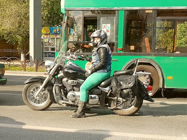 На мотоцикле н*х и в восхитительных штанах ..