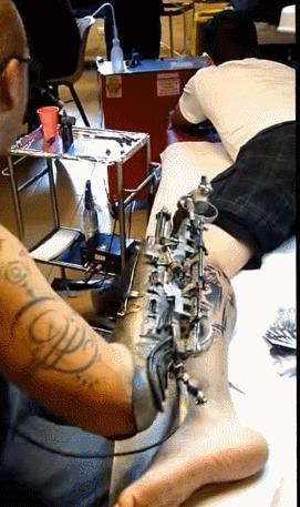 Потерявший руку татуировщик сделал себе первый в мире протез-тату машинку