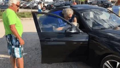 Мужчина разбил стекло в автомобиле, чтобы освободить запертую в нем собаку Авто, Жара, Собака, Животные, Спасение, Люди, Милосердие, Гифка, Видео, Длиннопост