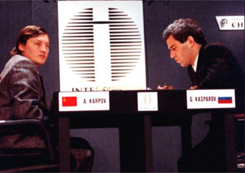 Каспаров и Карпов играют под разными флагами на чемпионате мира в Нью-Йорке. США. 1990г.