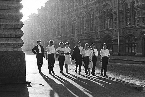 Выпускники встречают рассвет.1964 год.