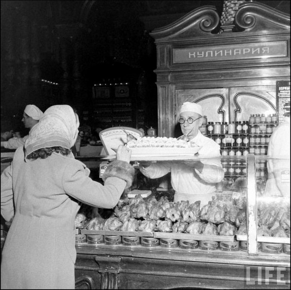 Чёрная икра как подставка под куры-гриль, Москва, Елисеевский гастроном, 1947 г.